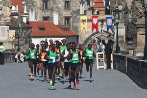 The lead runners cross Charles Bridge